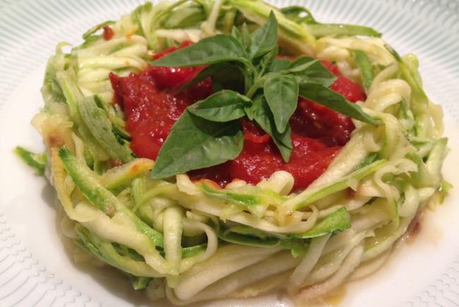 Espaguete de abobrinha ao molho de tomate