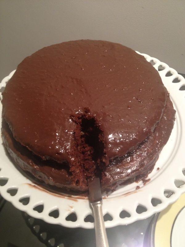 O bolo já sendo devorado