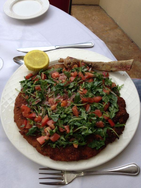 Bife de vitella a milaneza com salada de rúcula e tomate..