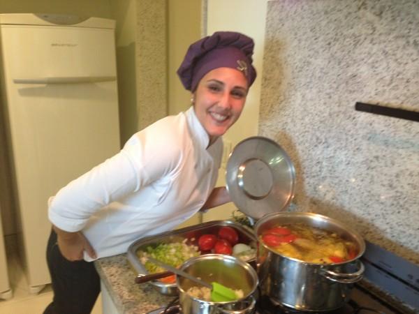 Alessandra nossa craque nutricionista da equipe Andrea Santa Rosa. Ensinando fazer o caldo
