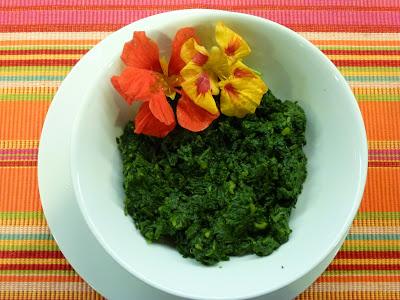 Espinafre cozido no vapor com flores comestíveis