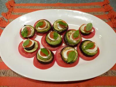 Saladinha de tomate, berinjela, abobrinha e mussarela de bufala decoradas com folhas de manjericão ( da mini hortinha aqui de casa)