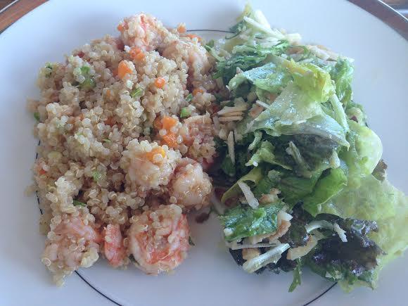 Quinoa com camarão e salada verde