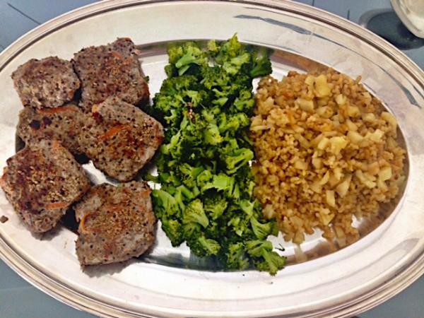 O arroz de maçã e amêndoas fica uma delícia acompanhado de brócolis e hambúrguer de carne caseiro